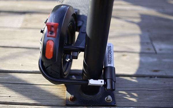 E-Scooter Bügelschloss am Reifen